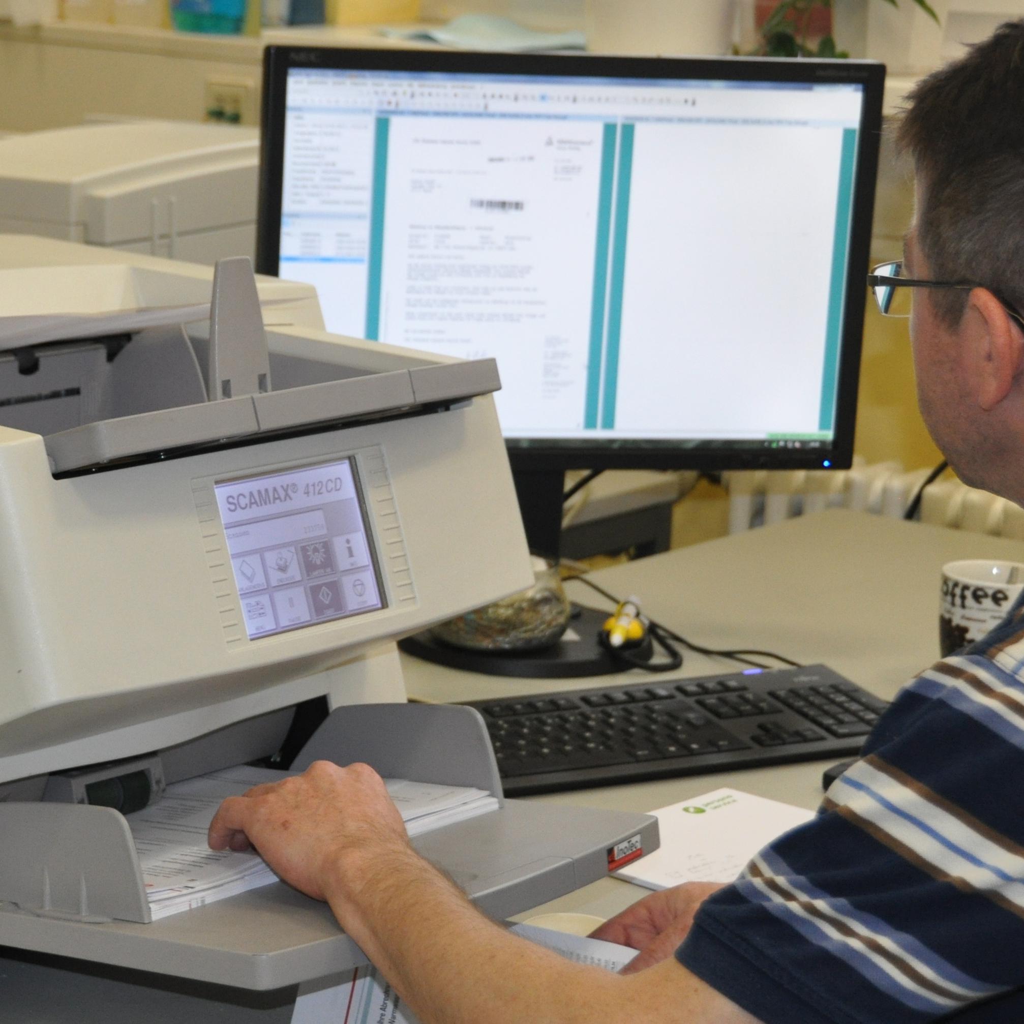 Ansicht eines Arbeitsplatzes mit Aktenscanner