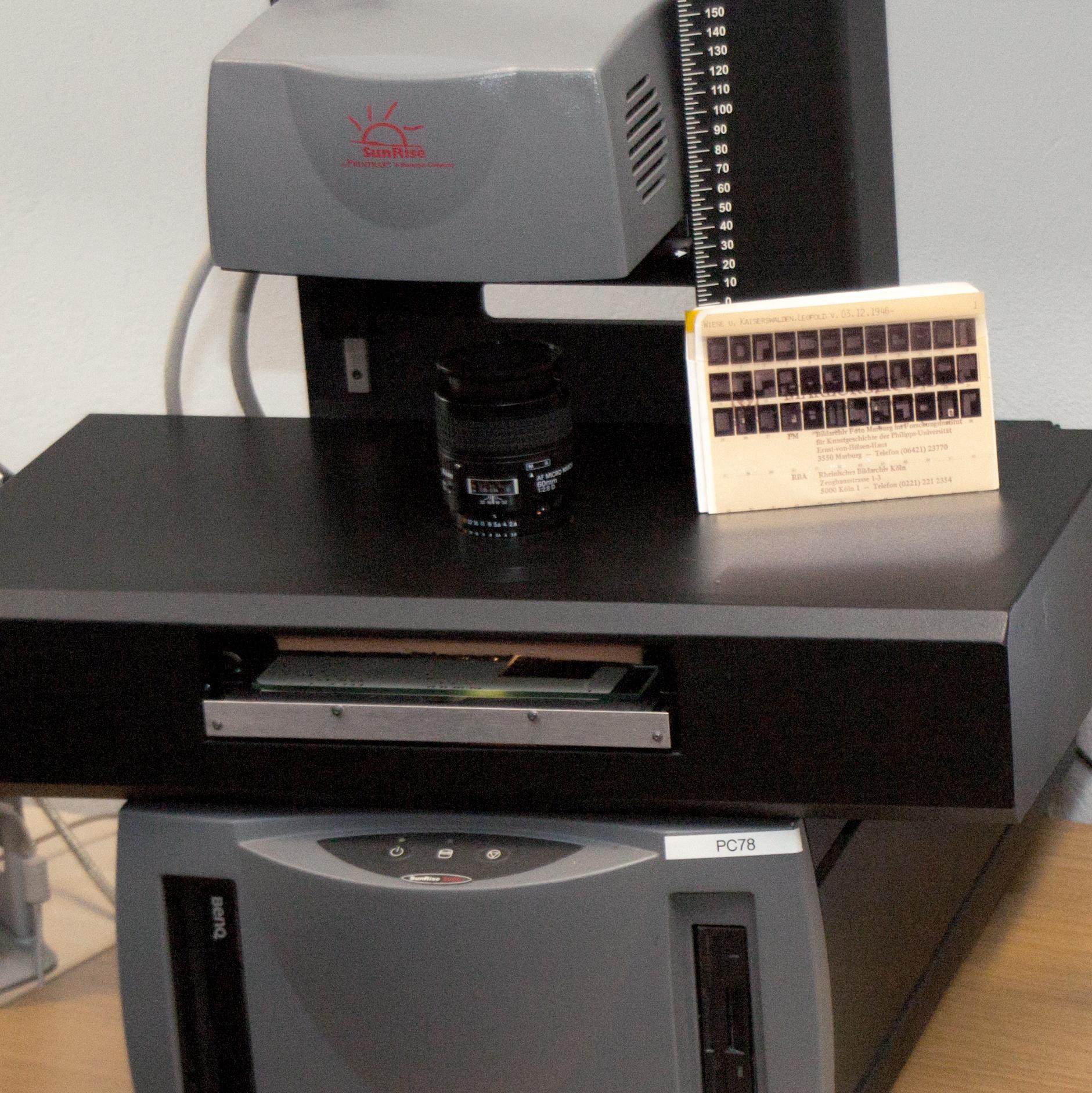 Ansicht eines Scanners zum Digitalisieren von Mikrofilmen