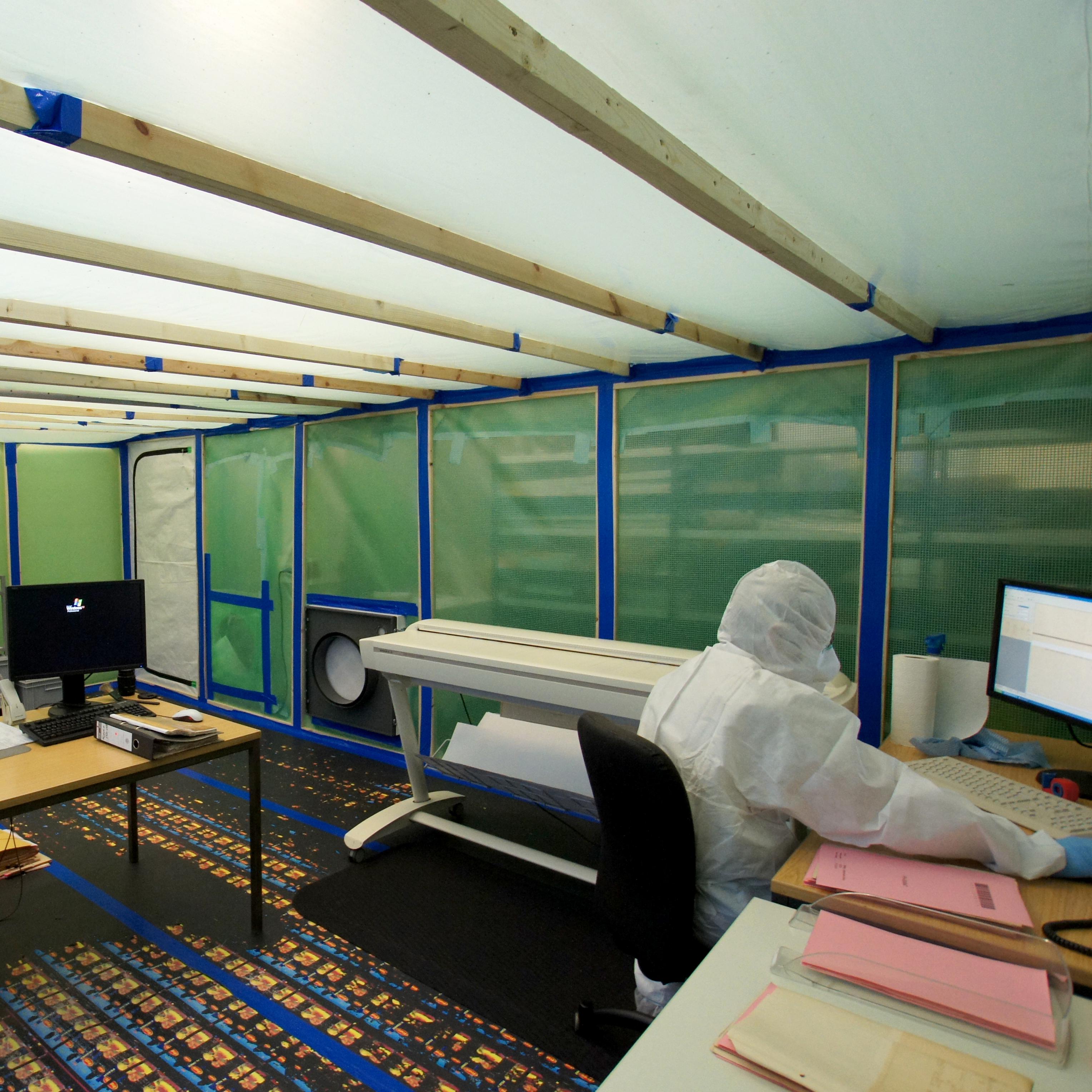 Ansicht eines Schwarzraums mit Arbeitsplätzen zum Digitalisieren schadstoffbelasteter Dokumente